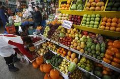 Una vendedora de frutas en el distrito limeño de Surquillo, oct 23, 2015. Perú cerraría este año con una inflación del 3,24 por ciento, por encima del rango meta, pero menor al incremento en el costo de vida del 2015, por una apreciación de la moneda local y un impacto más leve de factores climáticos sobre el precio de los alimentos, según un sondeo de Reuters difundido el jueves.  REUTERS/Mariana Bazo