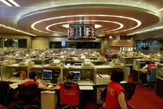 """Фондовая биржа Гонконга. Китайские акции незначительно выросли в пятницу, последний торговый день 2016 года, но индекс """"голубых фишек"""" завершил год снижением более чем на 11 процентов вопреки признакам устойчивости второй по величине в мире экономики.  REUTERS/Bobby Yip"""