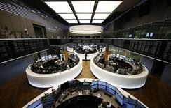 En la imagen de archivo, unsa sala de la Bolsa de Fráncfort. El índice británico de acciones líderes FTSE 100 se encaminaba el viernes a cerrar 2016 con fuerza tras subir a un cierre récord en la sesión previa, aunque el paneuropeo STOXX 600 se acercaba a un final ligeramente más débil.  REUTERS/Kai Pfaffenbach