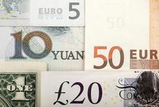 Arreglo de varias monedas del mundo incluyendo yuan chino, dólar estadounidense, euro, libra esterlina. 25 de enero 2011. Una fuerte alza de corta duración del euro dominaba el viernes las operaciones de la última sesión del año en los mercados cambiarios, dado que los operadores citaban a una serie de negocios que llevaban al dólar a su nivel más bajo desde el 8 de diciembre.REUTERS/Kacper Pempel/Illustration/File Photo