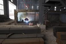 Trabalhador em meio a barras de aço em depósito da Baifeng Iron and Steel Corporation em Tangshan, na China. 03/08/2015 REUTERS/Damir Sagolj