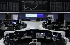 Les principale Bourses européennes ont terminé en hausse vendredi, clôturant une année dans l'ensemble positive. À Paris, le CAC 40 a fini la séance sur un gain de 23,84 points ou 0,49% à 4.862,31 points. Le Footsie britannique s'est octroyé 0,32%, terminant sur un record absolu de 7.142,83 points, et le Dax allemand a pris 0,26% à 11.481,06. /Photo prise le 30 décembre 2016/REUTERS/Staff