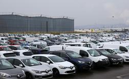 Les immatriculations de voitures neuves en France ont augmenté de 5,8% en décembre en données brutes par rapport au même mois de 2015. Il s'est immatriculé 194.388 voitures particulières neuves le mois dernier en France. /Photo d'archives/REUTERS/Jacky Naegelen