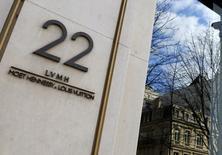 LVMH, à suivre à la Bourse de Paris. Le secteur horloger suisse peut profiter du succès croissant des montres connectées car les consommateurs vont rechercher des déclinaisons haut de gamme de cette nouvelle technologie. /Photo d'archives/REUTERS/Jacky Naegelen