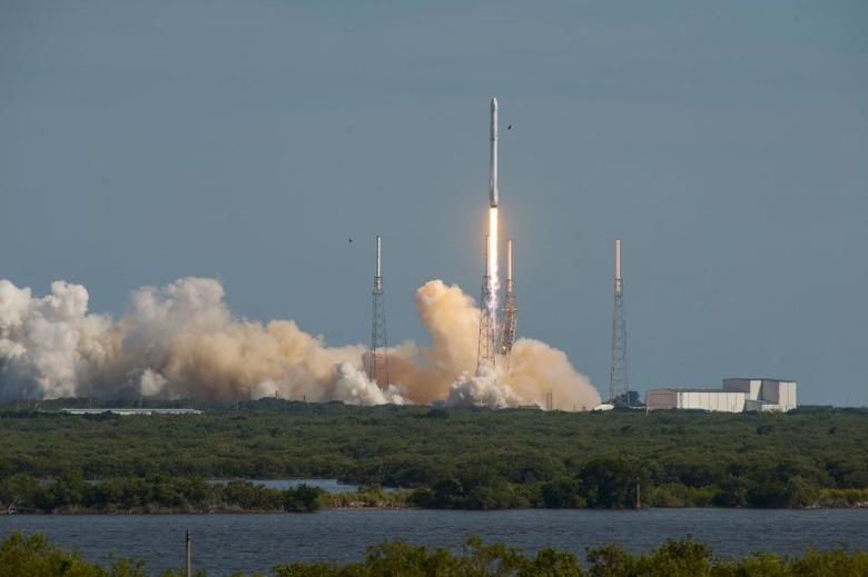 A SpaceX Falcon 9 rocket blasts off from Cape Canaveral, Florida April 8, 2016 in this handout photo provided by SpaceX.  REUTERS/SpaceX/Handout via Reuters