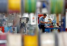 El crecimiento de las manufacturas británicas subió a un máximo de dos años y medio el mes pasado, impulsado por nuevos pedidos domésticos y del exterior y sumándose a las señales de que la economía acabó fuerte en 2016, mostró un sondeo el martes. Foto de archivo el 6 de julio de 2016. REUTERS/Phil Noble