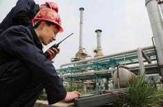 Empleados en una fábrica del grupo Pingmei Shenma en el condado chino de Baofeng, abr 8, 2015. El crecimiento de la economía de China podría desacelerarse a 6,5 por ciento este año, desde el avance de 6,7 por ciento en el 2016, dijo el martes un centro de estudios gestionado por el Gobierno, al tiempo que sugirió que una devaluación podría ayudar a estabilizar al yuan.     China Daily/via REUTERS IMAGEN SOLO PARA USO EDITORIAL, CEDIDA A REUTERS COMO UNA CORTESÍA