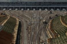China planea gastar 800.000 millones de yuanes, unos 93.800 millones de euros, en la construcción de líneas férreas en este año, el mismo presupuesto que el año anterior, para hacer crecer su red hasta los 150.000 kilómetros, dijo la agencia estatal Xinhua el miércoles. En la imagen, la construcción de la nueva estación  ferroviaria de Kunming en la provincia de Yunnan, China, el 14 de abril de 2016. REUTERS/Wong Campion