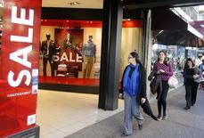 Una tienda con productos en oferta en el centro de Montevideo, ago 20, 2014. Los precios minoristas de Uruguay retrocedieron un 0,55 por ciento en diciembre, por encima de las expectativas del mercado, lo que arrojó una inflación acumulada anual del 8,1 por ciento, informó el miércoles el Gobierno.  REUTERS/Andres Stapff