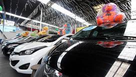 Carros em exposição em concessionária de São Paulo 04/01/2017 REUTERS/Paulo Whitaker