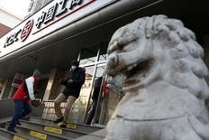 Unas personas ingresando a una sucursal del Banco Industrial y Comercial de China en Pekín, ene 3, 2017. Los niveles globales de endeudamiento treparon a más del 325 por ciento del Producto Interno Bruto mundial en el 2016 por una fuerte expansión de la deuda soberana, mostró el miércoles un informe del Instituto Internacional de Finanzas (IIF).  REUTERS/Thomas Peter