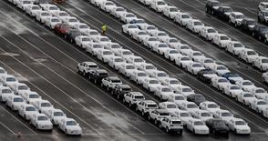 Les ventes de voitures neuves ont atteint en 2016 un niveau record en Grande-Bretagne, à 2,7 millions d'unités, malgré les craintes relatives à un tassement de la demande provoquées par le vote du 23 juin en faveur d'une sortie du pays de l'Union européenne, montrent les données préliminaires publiées jeudi. /Photo prise le 9 décembre 2016/REUTERS/Phil Noble