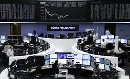 Las bolsas europeas abrieron el jueves sin grandes cambios, aunque las compañías aseguradoras cedían terreno después de que JP Morgan redujera su calificación para varias compañías del sector. En la imagen, operadores en la Bolsa de Fráncfort. REUTERS/Staff/Remote