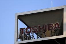 Le président de Toshiba a exprimé jeudi l'espoir que le conglomérat japonais obtiendrait dans les semaines à venir le soutien de ses créanciers alors qu'il s'apprête à inscrire dans ses comptes des charges de dépréciation de plusieurs milliards de dollars. /Photo d'archives/REUTERS/Yuya Shino