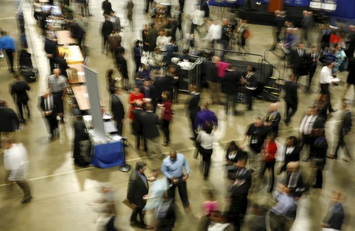 Job seekers break out to visit corporate employment personnel at a U.S. Chamber of Commerce Foundation ''Hiring Our Heroes'' military job fair in Washington January 8, 2016. REUTERS/Gary Cameron