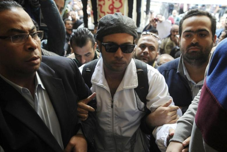 Ahmed Maher, founder of the April 6 movement, turns himself in at Abdeen court in Cairo November 30, 2013.  REUTERS/Stringer