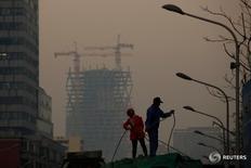 En la imagen, dos trabajadores en una obra en Pekín el 6 de diciembre de 2016. En las próximas semanas, China publicará una serie de datos que se espera muestren que la segunda mayor economía del mundo entró en 2017 con un sólido impulso, gracias al fuerte estímulo gubernamental y un auge de la construcción.REUTERS/Thomas Peter