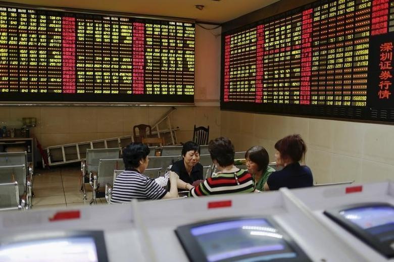 2015年7月资料图,上海一家券商营业部内股民在午间休息时间打牌。REUTERS/Aly Song