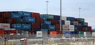 Containers se ven en el Puerto de Long Beach, California, Estados Unidos. 13 de septiembre 2016.  El déficit comercial de Estados Unidos se amplió por segundo mes consecutivo en noviembre, dado que las importaciones subieron a su mayor nivel en más de un año ante el alza de los precios del petróleo, lo que sugiere que el comercio habría pesado negativamente en el crecimiento económico del cuarto trimestre. REUTERS/Mario Anzuoni - RTSNM7T