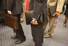 Asistentes a la feria de trabajo en Washingotn llevan sus currículums. 6 de agosto 2009.Las acciones europeas repuntaron el viernes desde mínimos en la sesión después de que el reporte oficial de empleo en Estados Unidos mostró un aumento en los salarios mayor al anticipado, dato que contrarrestó una cifra de nóminas menor a la esperada.   REUTERS/Jason Reed