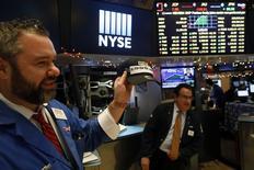 La Bourse de New York a fini en hausse de quelque 0,4% vendredi, enchaînant les records et poursuivant sur son élan haussier à l'oeuvre depuis la victoire de Donald Trump à l'élection présidentielle du 8 novembre. Après avoir frôlé en séance les 20.000 points, à un nouveau pic historique de 19.999,63, l'indice Dow Jones a finalement gagné 64,51 points, soit 0,32%, à 19.963,80, un nouveau record de clôture. /Photo prise le 6 janvier 2017/REUTERS/Lucas Jackson