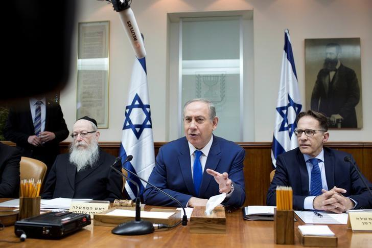 Israeli Prime Minister Benjamin Netanyahu attends the weekly cabinet meeting at his office in Jerusalem January 8, 2017. REUTERS/Abir Sultan/Pool