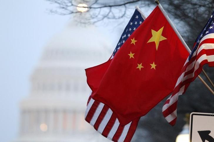 图为中国和美国国旗。REUTERS/Hyungwon Kang