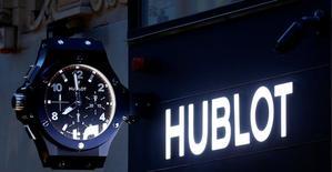 LVMH à suivre lundi à la Bourse de Paris. Jean-Claude Biver, qui dirige plusieurs marques de montres comme Hublot, Tag Heuer et Zenith au sein du groupe, a dit dimanche anticiper pour cette année de bonnes perspectives pour l'industrie horlogère suisse dans son ensemble et s'est déclaré optimiste pour la division montres de LVMH. /Photo d'archives/REUTERS/Leonhard Foeger
