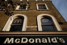 Ресторан McDonald's в Лондоне. McDonald's Corp решила продать основную часть своего бизнеса в Китае и Гонконге государственному конгломерату CITIC Ltd и Carlyle Group LP за $2,1 миллиарда, стремясь увеличить свое присутствие без использования большого объема собственного капитала. REUTERS/Neil Hall