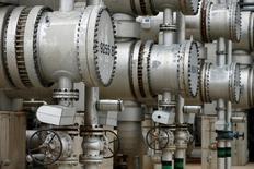 Трубы на НПЗ австрийской нефтегазовой компании OMV. Цены на нефть существенно снизились в ходе вечерних торгов в понедельник, так как признаки роста добычи в США перевесили оптимизм инвесторов относительно того, что многие производители, включая Россию, придерживаются пакта о сокращении добычи.    REUTERS/Heinz-Peter Bader/File Photo