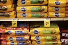 Sacos de comida para perro Pedigree enuna tienda de la cadena Safeway en Wheaton, EEUU, feb 13, 2015. El fabricante de golosinas y alimento para mascotas Mars Inc dijo que va a comprar a VCA Inc, que administra hospitales para animales, por 7.700 millones de dólares.     REUTERS/Gary Cameron