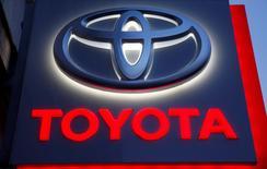 El logo de Toyota en París, Francia. 19 de febrero 2016. Toyota Motor gastará 10.000 millones de dólares en inversiones de capital en Estados Unidos durante los próximos cinco años, igualando las realizadas por la automotriz japonesa en los cinco años anteriores, afirmó el lunes el presidente ejecutivo para Norteamérica, Jim Lentz.   REUTERS/Mal Langsdon - RTX28KBK