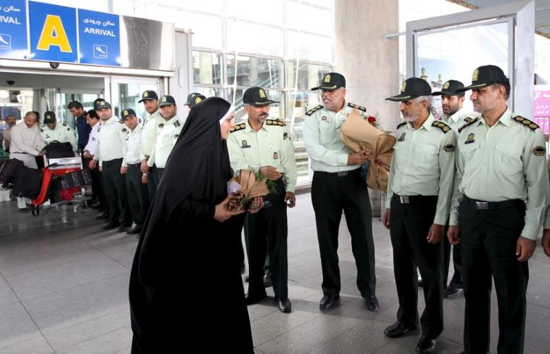 Policemen welcome an Iranian woman upon her return from Saudi Arabia after performing the annual haj pilgrimage, at Imam Khomeini Airport in Tehran September 28, 2015.  REUTERS/Raheb Homavandi/TIMA