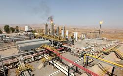 Нефтяное месторождение в Иракском Курдистане. 16 августа 2014 года. Нефть отыграла часть потерь по итогам предыдущей сессии благодаря надеждам на то, что пусть частично, но соглашение о сокращении добычи будет реализовано, и тем не менее торгуется в небольшом минусе на утренних торгах во вторник. REUTERS/Azad Lashkari/File Photo