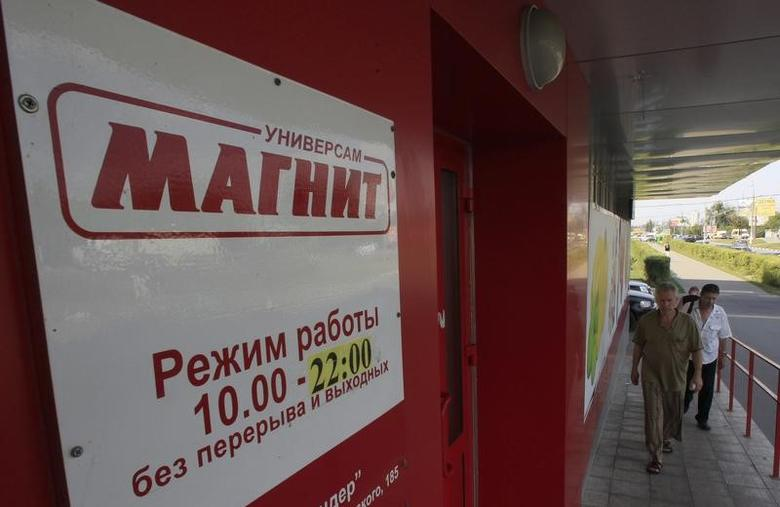 People walk to enter a grocery store owned by Russian retailer Magnit on the suburbs of Moscow August 1, 2012. REUTERS/Sergei Karpukhin