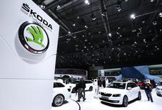 Skoda Auto a annoncé mardi avoir vendu 1,13 million de voitures en 2016, un chiffre en hausse de 6,8% et qui constitue un nouveau record pour la filiale tchèque du constructeur automobile allemand Volkswagen. /Photo d'archives/REUTERS/Denis Balibouse