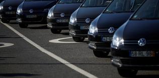 Les ventes du groupe Volkswagen ont augmenté de 12% en décembre, débouchant sur un volume annuel record de 10,3 millions de véhicules, en hausse de 3,8% sur les 9,93 millions de 2015. /Photo d'archives/REUTERS/Rafael Marchante
