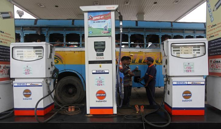 An employee fills diesel in a public bus at a fuel station in Kolkata August 13, 2012.  REUTERS/Rupak De Chowdhuri/Files