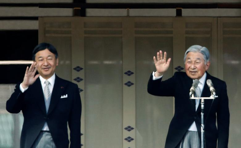 Japanese Emperor Akihito (R) and Crown Prince Naruhito wave to well-wishers during a public appearance for New Year celebrations at the Imperial Palace in Tokyo, Japan, January 2, 2017.  REUTERS/Kim Kyung-Hoon