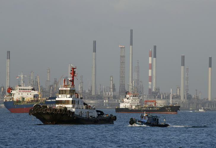 2016年2月资料图,新加坡南部海域的船舶驶过一处炼油厂。REUTERS/Edgar Su