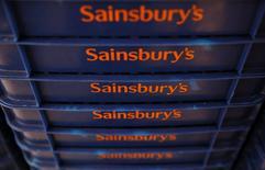 Las bolsas europeas abrieron el martes con escasas variaciones, con el sector minorista de nuevo bajo los focos al aplaudir los inversores las últimas cifras de la británica Sainsbury, aunque Cobham se hundía. En la imagen, el logo de Sainsbury en Londres el 30 de abril de 2016. Photograph taken April 30, 2016.  REUTERS/Neil Hall/File Photo