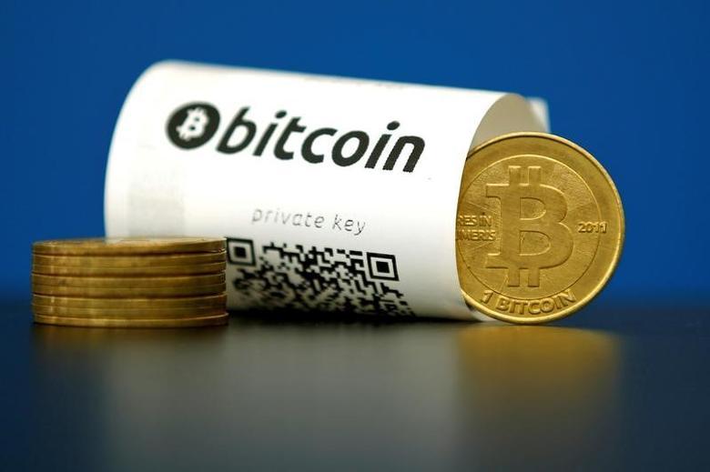 图为印有二维码的比特币钱包和比特币虚拟硬币。REUTERS/Benoit Tessier
