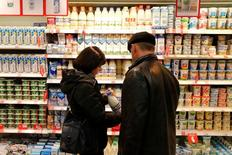 Покупатели в магазине Дикси в Москве. Индекс потребительских цен в РФ за период с 1 по 9 января 2017 года вырос на 0,3 процента, как и в начале января предыдущего года, сообщил Росстат.  REUTERS/Maxim Zmeyev