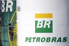 En la imagen, un funcionario pinta un tanque de Petrobras en Brasilia, Brasil. 30 de septiembre 2015. Petróleo Brasileiro SA calcula que este año invertirá un 30 por ciento más en exploración, producción y proyectos de refino, y señaló que los esfuerzos de reducir deuda y conservar liquidez están ayudando a la firma a recuperar capacidad de inversión. REUTERS/Ueslei Marcelino/File Photo