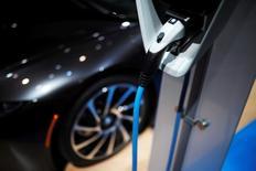 Les grands constructeurs automobiles européens s'associent pour construire un réseau de chargeurs de batteries ultra-rapides afin de doper la demande pour les voitures électriques et contrer l'avance prise dans ce domaine par l'américain Tesla. BMW, Volkswagen, Ford et Daimler veulent mettre en place quelque 400 bornes de nouvelle génération en Europe, qui permettront de recharger une voiture en quelques minutes. /Photo prise le 10 janvier 2017/REUTERS/Mark Blinch