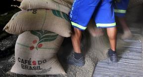 Trabajadores descargan sacos de 60 kilos con semillas de café para exportar, en Santos, Brasil. 10 de diciembre 2015. Las exportaciones de café de Brasil, el mayor productor mundial, bordearán los 30 millones de sacos este año, el mismo volumen de 2016, pese a los rumores de una cosecha más débil en el tramo bajo del ciclo 2017/18. REUTERS/Paulo Whitaker - RTX1ZGJG