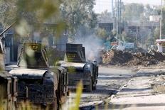مدرعات تابعة لقوات مكافحة الإرهاب العراقية تتطلق النيران بإتجاه تنظيم الدولة الإسلامية في حي الصديق شمال شرق الموصب يوم الأربعاء. تصوير: أحمد سعد - رويترز