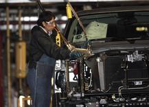 """Una empleada de una fábrica de General Motors ensambla una camioneta en una planta en Silao, en el estado de Guanajuato en México. 25 de noviembre de 2008. El presidente electo Donald Trump prometió el miércoles que habrá un """"gran impuesto fronterizo"""" a las empresas que trasladen puestos de trabajos fuera de Estados Unidos, presionando aún más a las industrias sólo días después de que Fiat Chrysler dijo que los altos aranceles podrían llevarla a cerrar plantas en México. REUTERS/Henry Romero"""