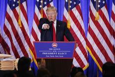 Presidente eleito dos Estados Unidos, Donald Trump, discute com repórter da CNN durante entrevista coletiva em Nova York 11/01/2017 REUTERS/Lucas Jackson