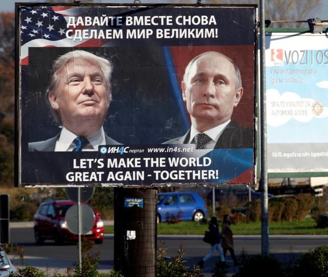 1月9日、ドナルド・トランプ次期大統領は対ロ関係を改善したいという希望がある一方、ロシアによる米大統領選介入問題を受け、同国に対してさらに厳しい対応を求める党内の圧力にさらされているいる。写真は2016年11月、モンテネグロに掲げられたトランプ氏とロシアのプーチン大統領の看板(2017年 ロイター/Stevo Vasiljevic)